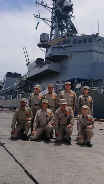 引渡式後、護衛艦「さざなみ」前にて集合写真に収まる当会派遣団員
