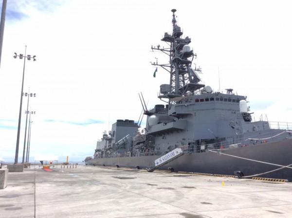 ガダルカナル島ホニアラ港に入港した護衛艦「さざなみ」